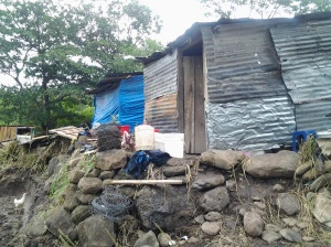 Las familias se refugiaron a orillas de la quebrada en precarias champas levantadas de los escombros de sus hogares.